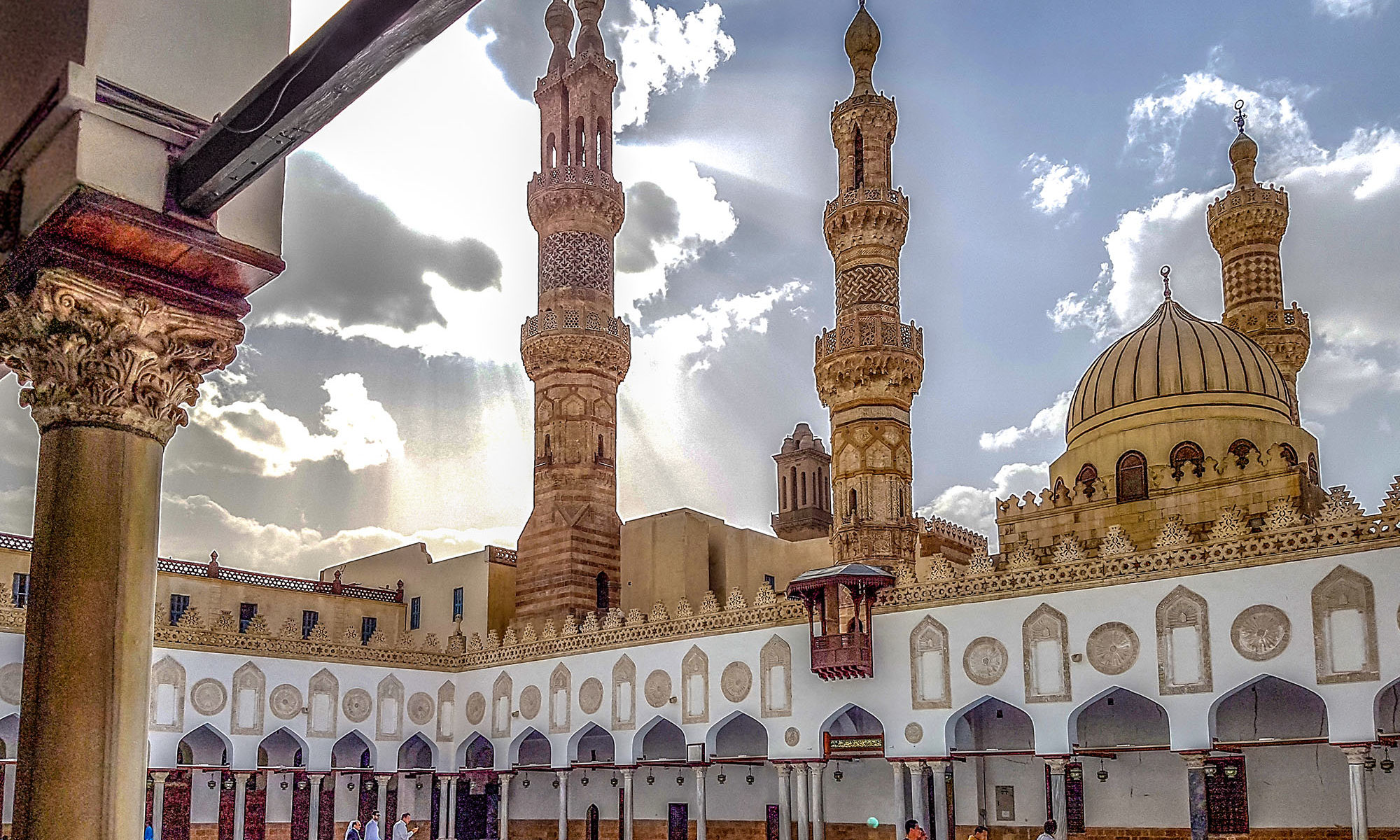Großer Hof in der Al Azhar Moschee in Kairo