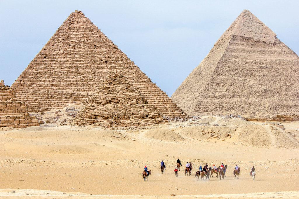 Pyramiden von Giza mit Reitern im Vordergrund