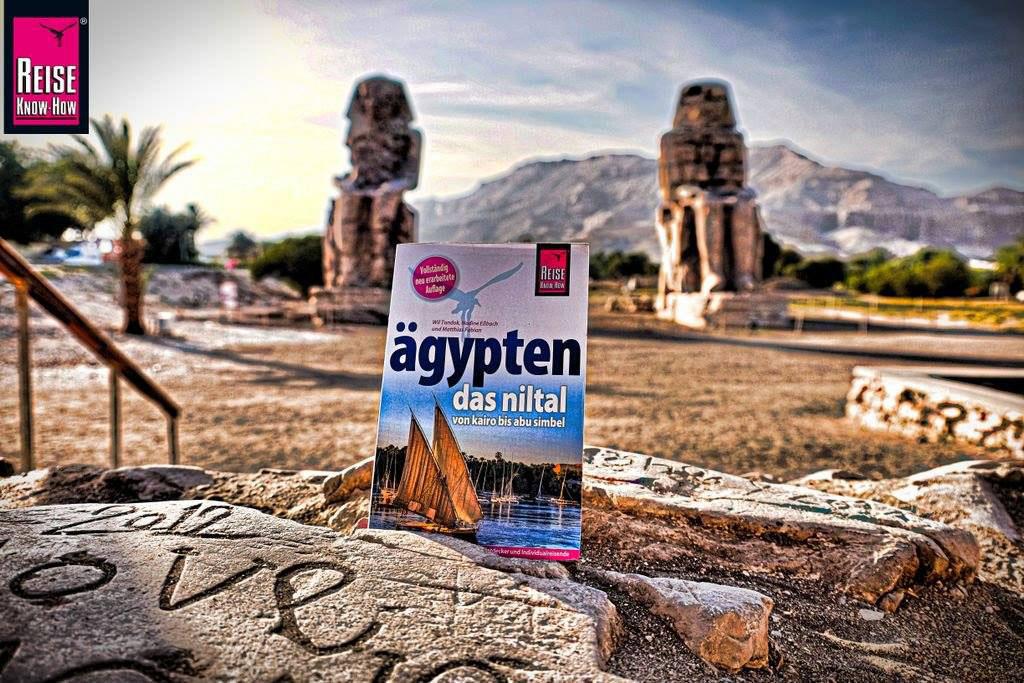 """Reiseführer """"Ägypten - Das Niltal von Kairo bis Abu Simbel"""" vor den Memnon-Kolossen in Luxor"""