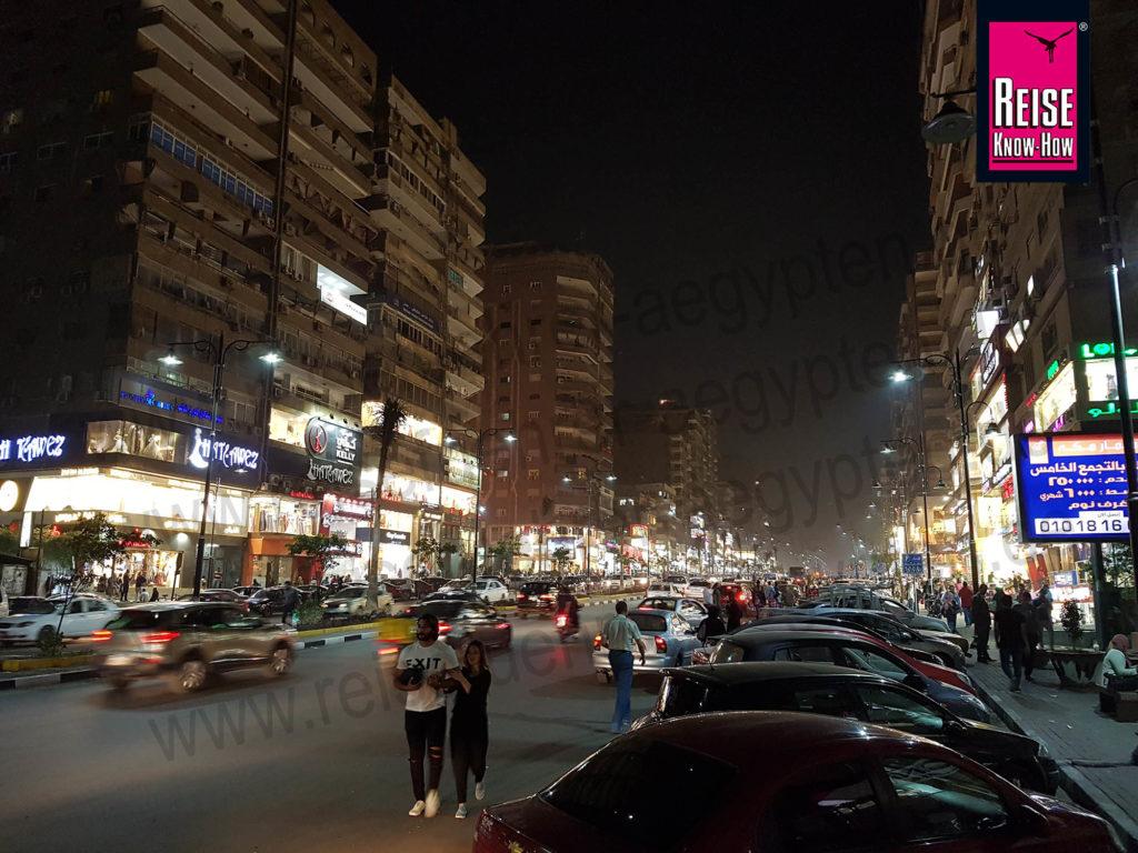 Straßenszene am Abend in Awel Abbas in Nasr City, Kairo