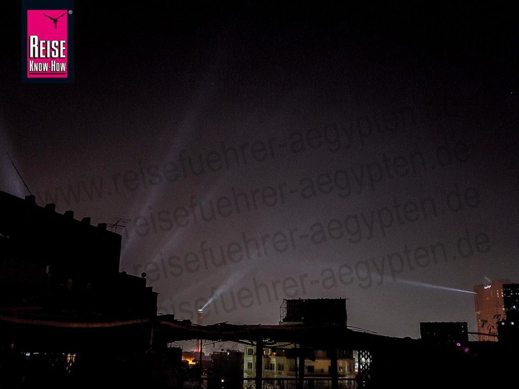 Laser am Nachthimmel über Downtown Kairo