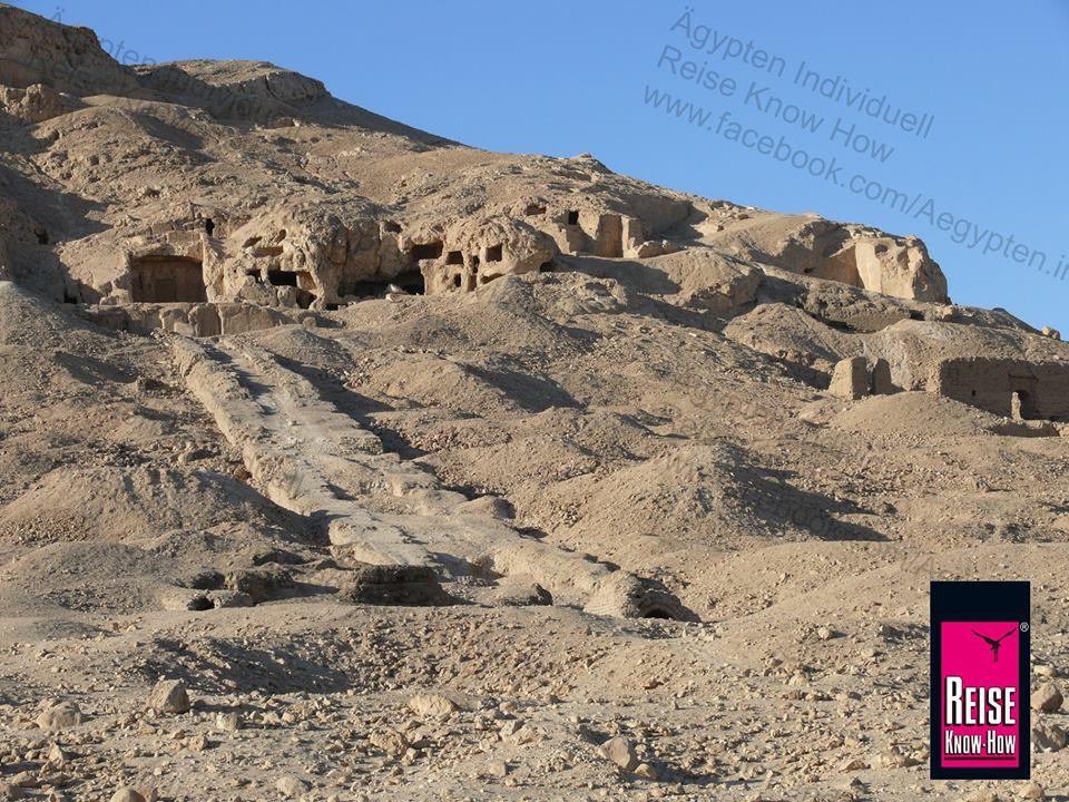 Aufwege von Gräbern aus der Pharaonenzeit in Qau el-Kebir