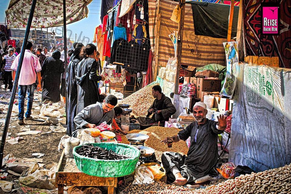 Verkäufer mit Lebensmittelstand auf der Wallfahrt im Kloster des hl. Georg in Riziqat bei Luxor