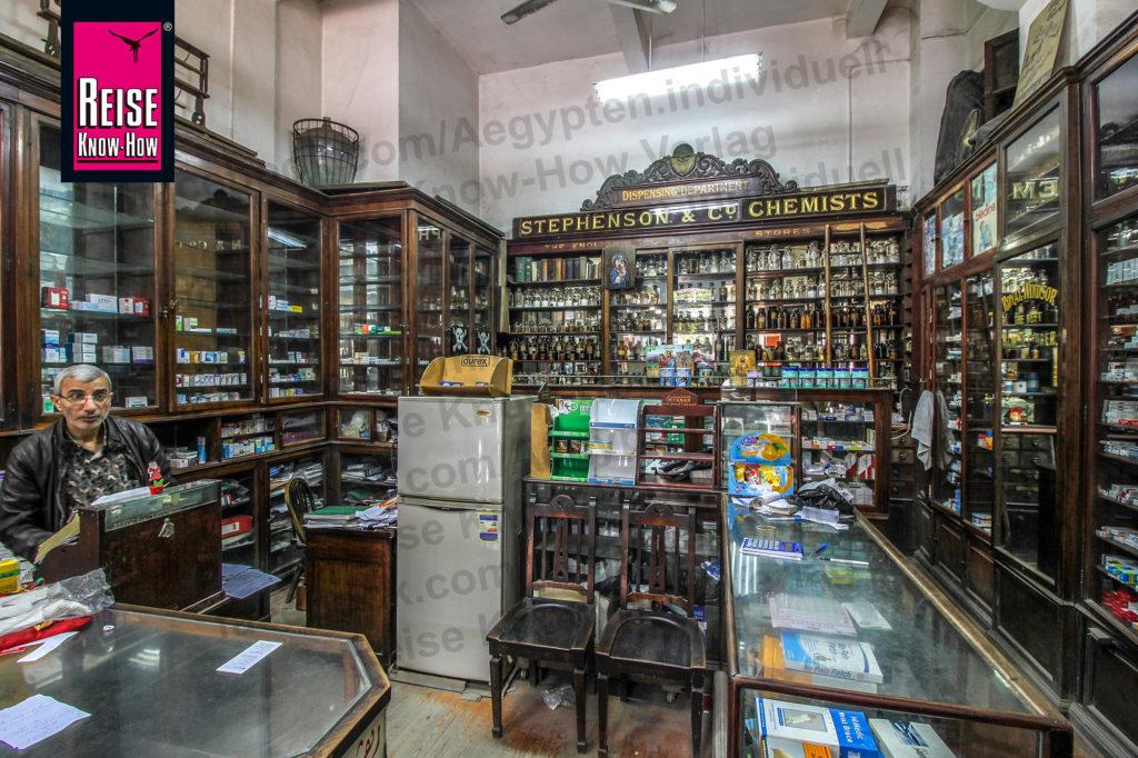 Weitgehend original erhaltener Verkaufsraum von Stephenson's Apotheke in Downtown Kairo