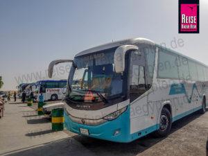 """Fernbus der Firma """"Upper Egypt"""" parkt vor einer Raststätte"""