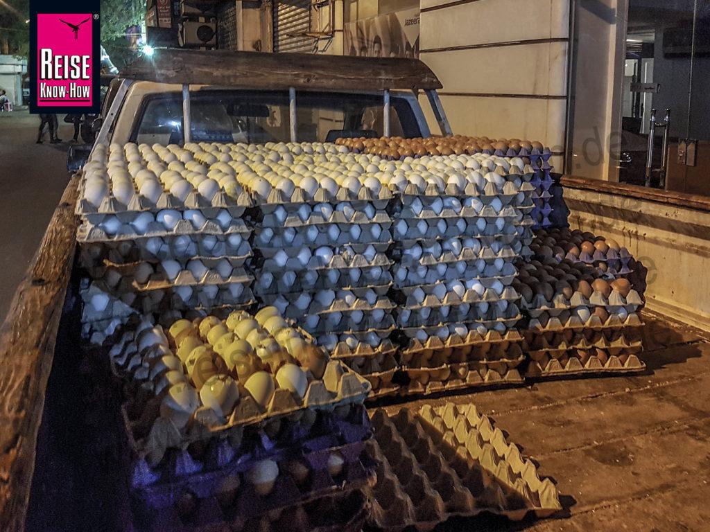 Transporter mit Eier-Paletten in Kairo Downtown