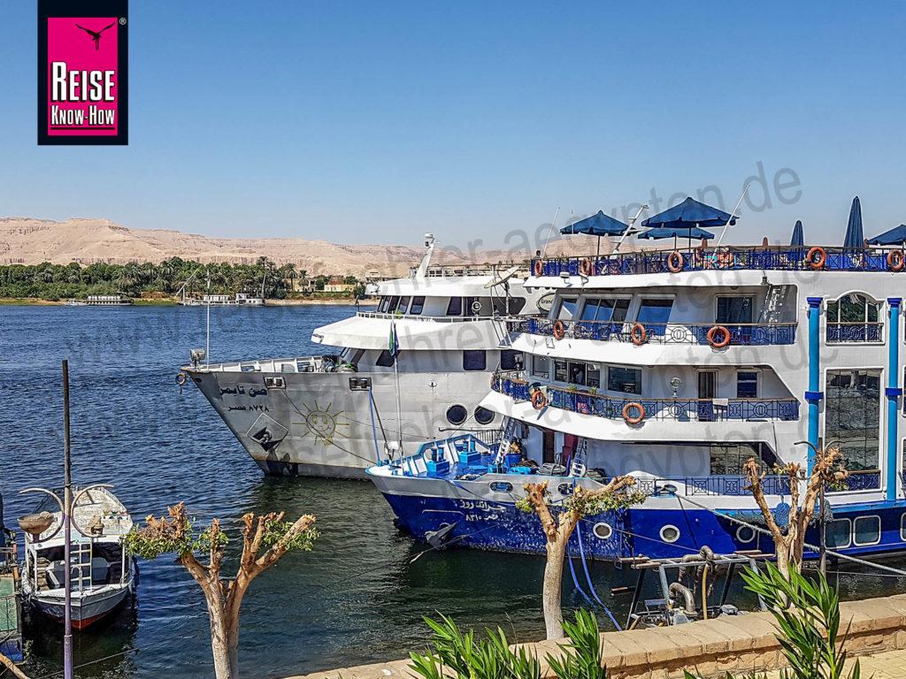 Nilkreuzfahrtschiffe liegen vertäut am Ufer in Luxor