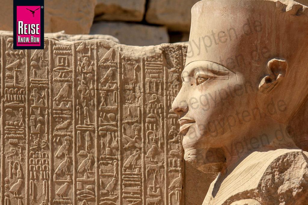 Statue des Gottes Amun im Tempel von Karnak in Luxor