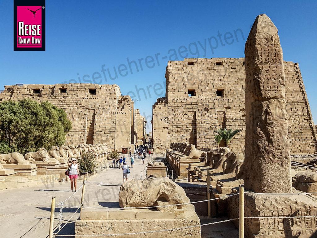 Blick auf den ersten Pylon des Tempels von Karnak in Luxor