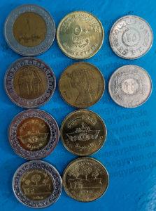 Im Umlauf befindliche Pfundmünzen: 1 LE mit Tutanchamunmaske, mit Suezkanal-Logo, mit landwirtschaftlichem Motiv; 50 Piaster mit Cleopatra-Konterfei, Suezkanal- und landwirtschaftlichem Motiv; 25 Piaster-Münzen mit entsprechender Beschriftung
