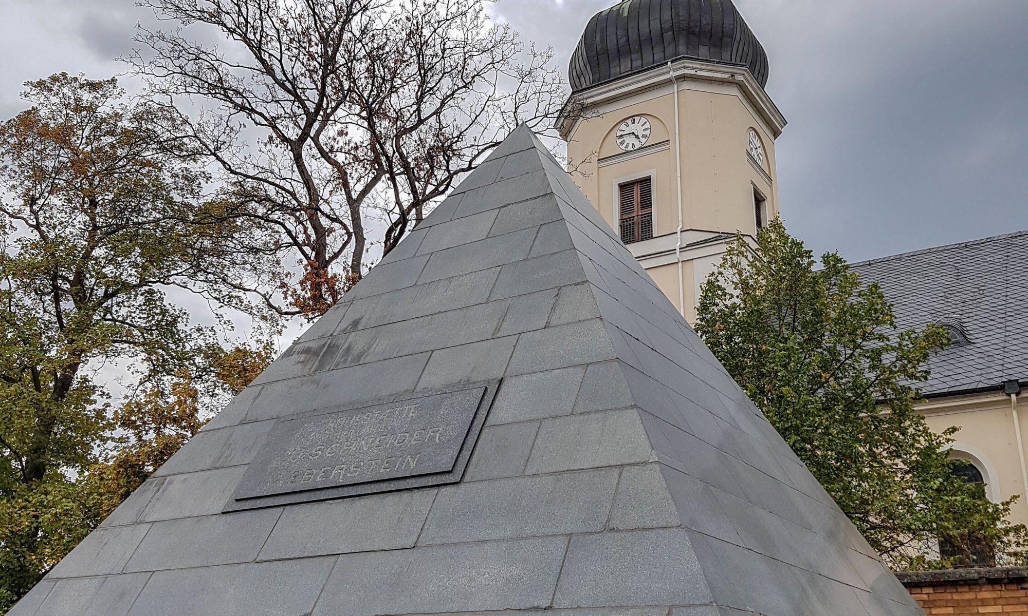 Grabpyramide vor der ev. Gedächstniskirche in Leipzig-Schönefeld